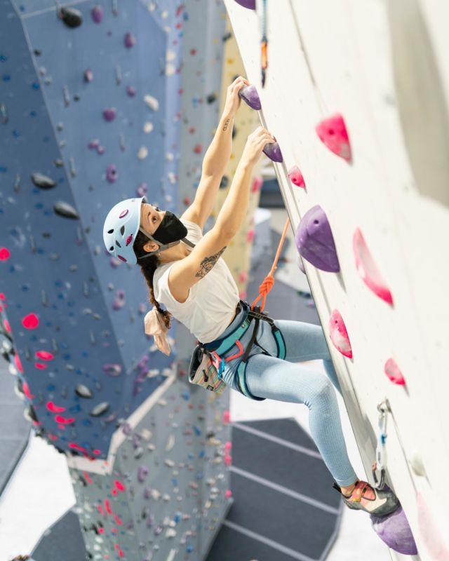 Qué es lo que más disfrutas hacer cuando vienes al rocódromo? Boulder, autoaseguradores o prefieres ir de primero? 😉 Nosotros lo que más disfrutamos es verte a ti pasártela genial en nuestros muros! Tomando las medidas de seguridad tanto a la hora de escalar como las medidas covid podemos seguir disfrutando de nuestro deporte sin que nada nos lo impida 🤩🔝 • #sharmaclimbingmadrid #escaladaindoor #actividadesmadrid #climbing #escalada #rocodromosmadrid #rocodromosespaña #climbingwomen #petzel #tenaya