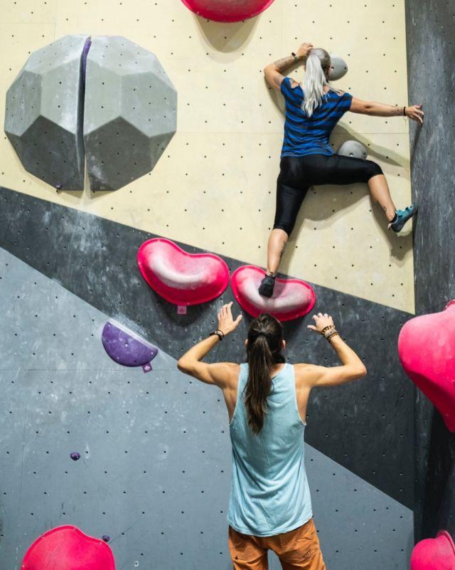 ¿Lo bonito de nuestro deporte? 🧗🏻♀️ Que es un deporte de comunidad y de apoyo! Una de las cosas que más recomendamos en Sharma Climbing es el porteo 🙌🏻 Nos apoyamos entre todos y así hacemos de nuestro deporte una comunidad 🤘🏻😉🤘🏻 #porteoseguro  . . . #sharmaclimbingmadrid #climbingmadrid #leadclimbing #escaladamadrid
